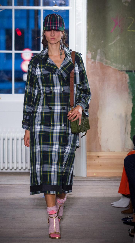 새롭게 선보인 버버리 사첼 백을 매치한 버버리 2017년 9월 컬렉션 패션쇼 룩.
