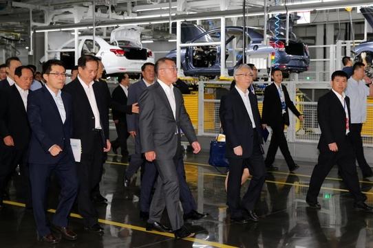 현대차 충칭 5공장의 첫 생산 차종인 신형 루이나의 출시도 중국 판매량 회복에 한몫했다. 사진은 지난 7월 완공을 앞둔 충칭공장을 점검하는 정의선 현대차 부회장/현대차 제공