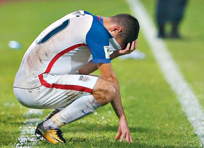 11일 트리니다드토바고와의 2018 러시아월드컵 북중미 최종예선 마지막 10차전에서 패한 뒤 그라운드에 쪼그려 앉아 유니폼으로 얼굴을 감싼 미국의 크리스천 풀리식의 모습이 애처롭다.