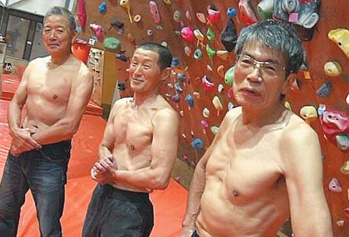 일본 요코하마 시내 스포츠 시설에서 실내 암벽 등반을 즐기는 60~70대 노인들.