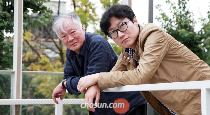 """소설 '남한산성'의 작가 김훈(왼쪽)과 영화감독 황동혁은 둘 다 문학과 영화 데뷔가 상대적으로 늦은 편이다. 김씨는 """"쉰을 넘어서야 '칼의 노래'를 썼다. 나는 목표나 등대가 없다""""고 했다. 황 감독은 """"대학 졸업 무렵 하기 싫은 일을 지워가다 보니 마지막에 영화가 남았다""""고 했다."""