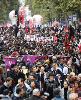 10일(현지 시각) 파업에 돌입한 프랑스 공무원들이 파리에서 공무원 감축과 임금 동결 등 에마뉘엘 마크롱 대통령의 공공 개혁에 반대하는 시위를 벌이고 있다.