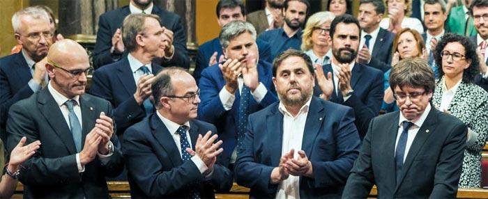 떨떠름한 카탈루냐 의회 - 카를레스 푸이그데몬트(맨 오른쪽) 스페인 카탈루냐 자치정부 수반이 10일(현지 시각) 바르셀로나 카탈루냐 지방의회에서 독립 절차를 잠정 중단하고 중앙정부와 협상에 나서겠다는 내용의 연설을 한 뒤 의원들로부터 박수를 받고 있다.