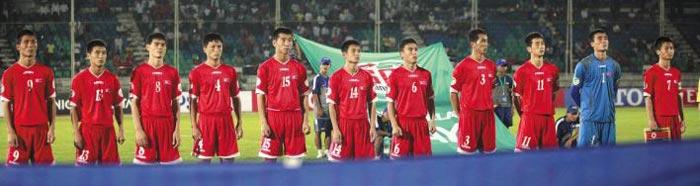 지난 2014년 열린 아시아축구연맹 U-19 챔피언십(미얀마) 본선에 출전한 북한 선수들이 카타르전 킥오프 직전 도열한 모습.