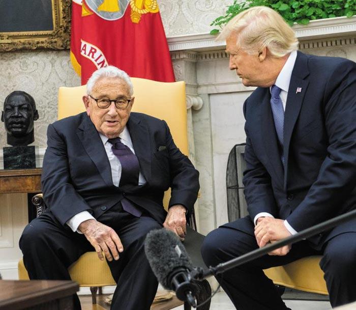 도널드 트럼프 미 대통령이 10일(현지 시각) 워싱턴 백악관에서 헨리 키신저 전 국무장관과 대화하고 있다.