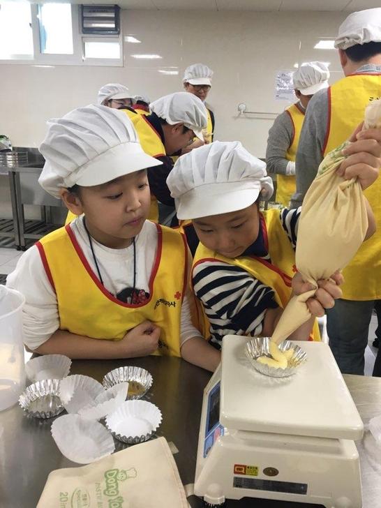 대원제약 임직원들은 매달 대한적십자사 봉사관에서 독거노인 및 소년소녀 가장들을 위한 봉사활동을 펼치고 있다. 대원제약 직원 자녀들이 부모님과 함께 빵을 만들고 있는 모습 / 대원제약 제공