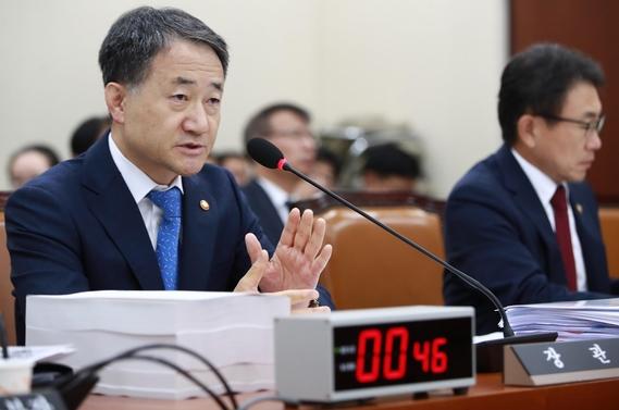 박능후 보건복지부 장관이 12일 국회 국정감사에서 의원들의 질의에 답변하고 있다. / 연합뉴스 제공