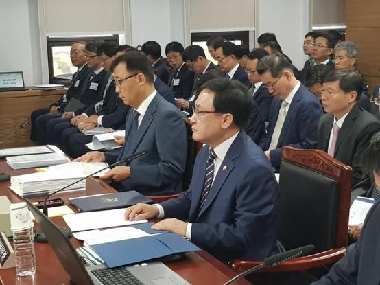유영민 과학기술정통부 장관이 추혜선 정의당 의원으로부터 질문을 받고 있는 모습. / 심민관 기자