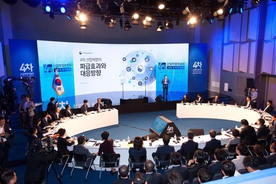 지난 11일 열린 대통령 직속 '4차산업혁명위원회' 1차 회의 모습. 혁신성장과 일자리 창출 등의 비전이 공유됐다./조선DB
