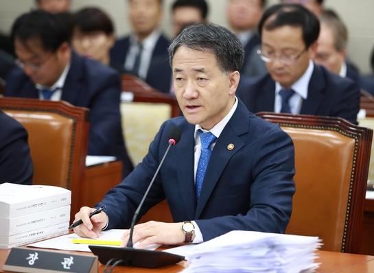 박능후 복지부 장관이 12일 국회에서 열린 보건복지위원회 국정감사에서 의원들의 질의에 답변하고 있다. / 이하 연합뉴스 제공
