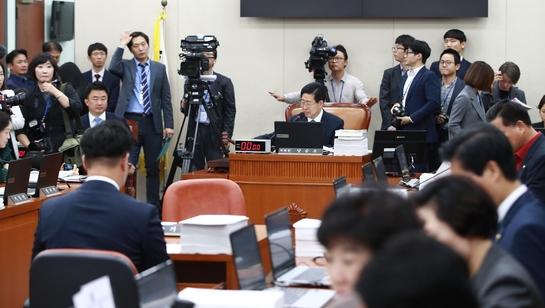 양승조 국회 보건복지위원장이 12일 국회에서 열린 보건복지위원회 국정감사를 시작하며 의사봉을 두드리고 있다.
