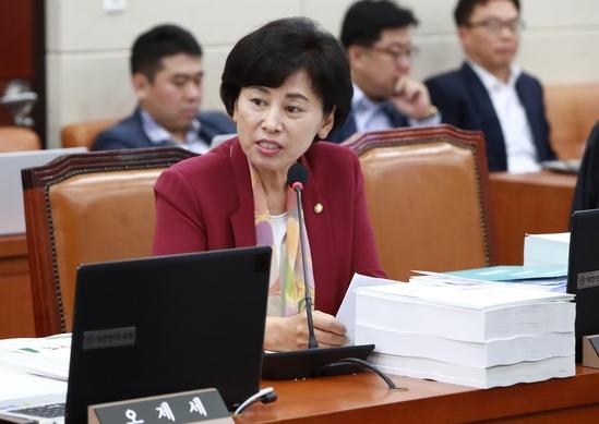 남인순 민주당 의원이 12일 국회에서 열린 보건복지위원회 국정감사에서 질의하고 있다.