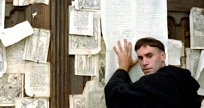 영화'루터'중 루터가 비텐베르크 교회 문에'95개조 논제'를 붙이는 모습.