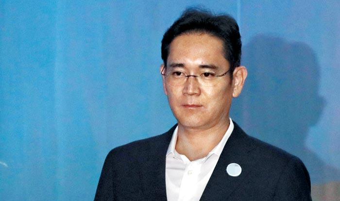 이재용 삼성전자 부회장이 12일 열린 2심 첫 공판에 출석하기 위해 서울고법 법정으로 이동하고 있다.