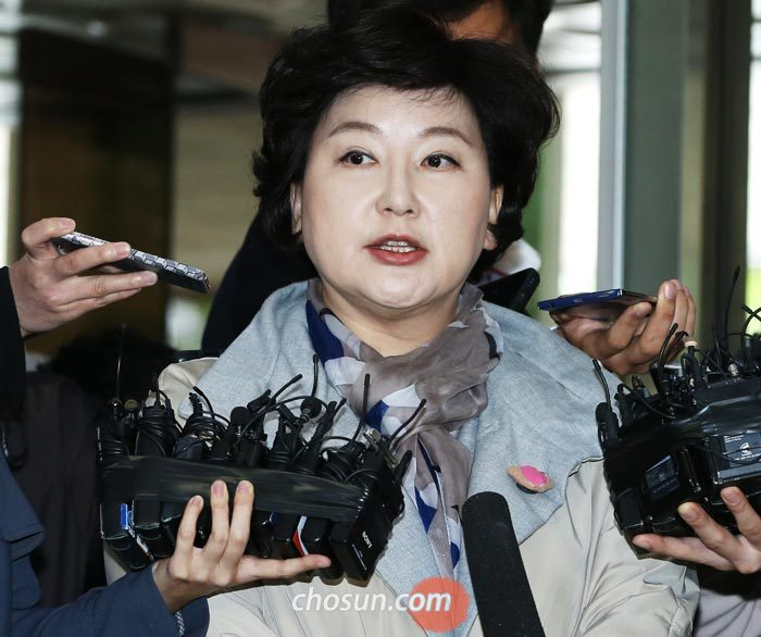 서해순씨가 12일 서울지방경찰청에 출석해 취재진의 질문에 대답하고 있다.