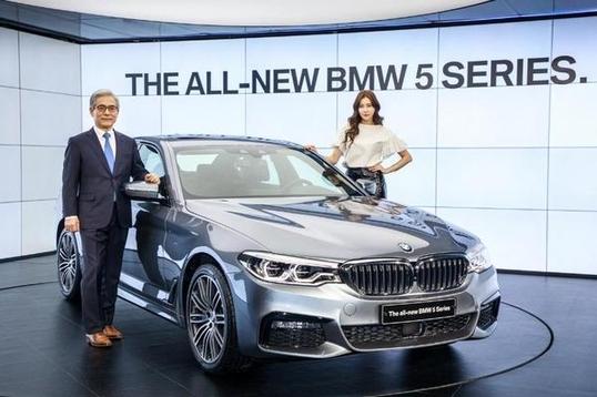 지난 2월 BMW 5시리즈 출시 기념행사에서 김효준 BMW코리아 사장(왼쪽)이 기념촬영하고 있다./BMW 제공