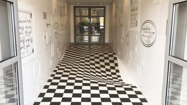 복도에서 뛰던 아이들, 흠칫 놀라 걸음 멈추게 하는 바닥 디자인