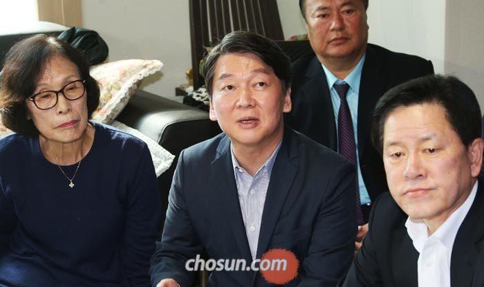 국민의당 안철수(가운데) 대표가 15일 오후 서울 강서구 마곡지구의 한 후분양제 아파트를 방문해 주민들과 간담회를 갖고 있다.
