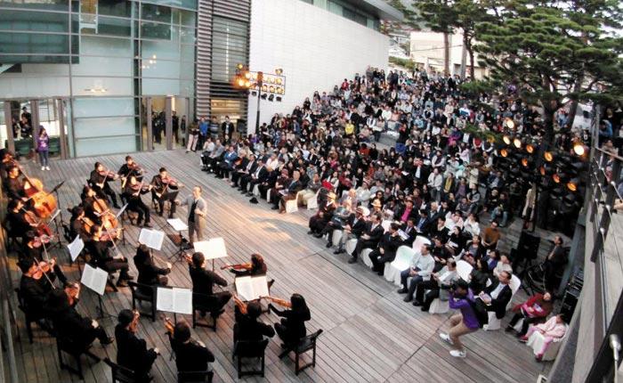 지난해 10월 열린 자문밖문화축제 때 금난새 성남시립예술단 예술총감독이 종로구 평창동 가나아트센터 앞 야외공연장에서 오케스트라를 지휘하는 모습.