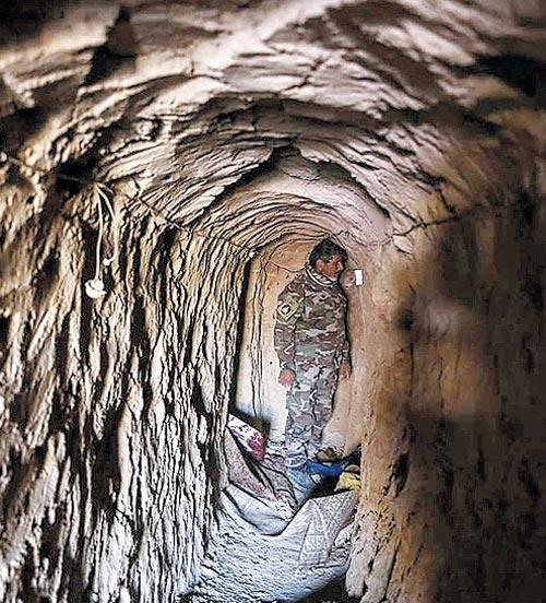 작년 11월 말 이라크 북서부 국경 지대인 탈 아파르 산악 지역에서 발견된 테러 조직 이슬람국가(IS)의 땅굴 내부 모습.