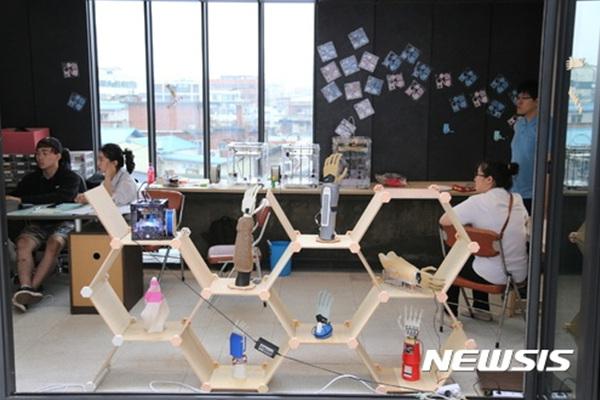 세운 메이커스 큐브에서 제작자(메이커)들이 회의를 하고 있다.