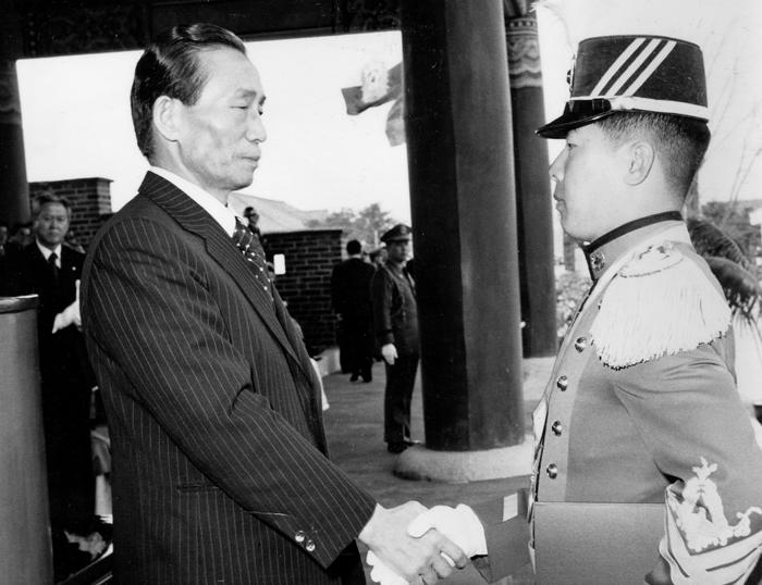박정희 전 대통령이 1977년 3월 육군사관학교 졸업식에서 졸업생과 악수하고 있다. 박 전 대통령은 자신의 국가관을 육사 졸업식 연설을 통해 밝히곤 했다.
