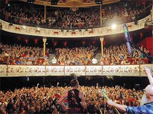 프랑스 파리 바타클랑 극장이 이슬람국가(IS)의 테러가 발생 2년을 앞두고 있다. 사진은 2015년 11월 13일 테러가 발생한 날 공연이 열리고 있는 바타클랑 극장 내부 모습.