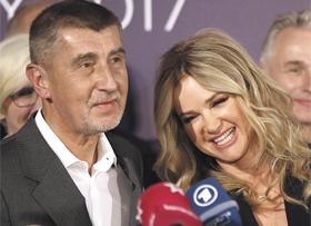 21일(현지 시각) 치러진 체코 총선에서 제1당에 오른 중도우파 긍정당(ANO)의 안드레이 바비스 대표가 투표 완료 직후 프라하에서 아내와 함께 기자회견을 하고 있다.