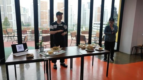 한요셉 필요이상 대표가 이번 수요미식회에서 선보이는 신메뉴(포카치아로 만든 클럽 샌드위치, 맥앤치즈 샌드위치)를 소개하고 있다. /백예리 기자