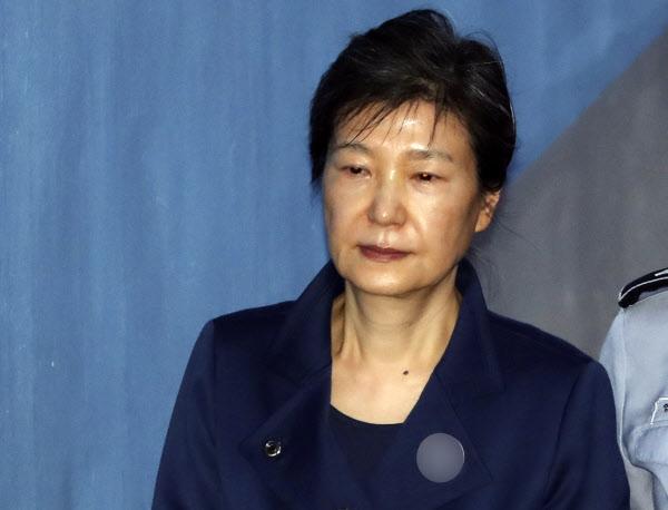 2017102501391 0 - От кресла главы государства до тюрьмы один шаг: громкая южнокорейская история