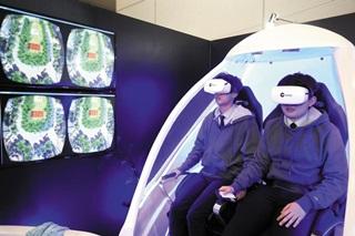 지난해 BIXPO에서 가상현실을 체험하고 있는 관람객들.