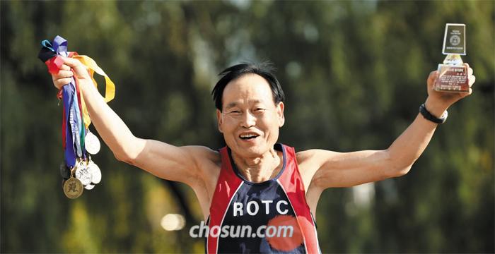 조윤구씨는 춘천마라톤 통산 17번째 출전을 앞두고 있다. ROTC 7기인 그는 지금까지 춘천마라톤을 완주해 받은 메달과 ROTC 마라톤클럽에서 받은 감사패를 들고 환하게 웃었다.