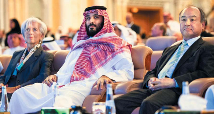"""왕자 옆자리엔 손정의 회장·라가르드 IMF 총재 - 무함마드 빈 살만(가운데) 사우디아라비아 왕세자와 손정의(오른쪽) 일본 소프트뱅크 회장, 크리스틴 라가르드(왼쪽) 국제통화기금(IMF) 총재 등이 24일(현지 시각) 사우디아라비아 수도 리야드에서 열린 '미래 투자 이니셔티브(FII)' 행사에 참석했다. 빈 살만 왕세자는 이날 """"모든 종교와 전통, 세계 모든 사람에게 개방적인 온건한 이슬람 국가였던 우리의 옛 모습으로 돌아갈 것""""이라고 했다."""
