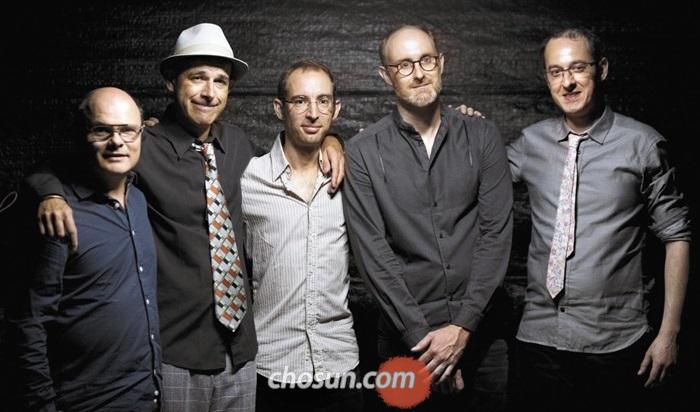 배호 노래를 연주하는 프랑스 5인조 밴드 '배씨방'은 각자 다른 밴드의 멤버였지만 그의 노래에 매료돼 한데 모였다. 왼쪽부터 로익 레사르(기타), 에티안느 드라 사예트(색소폰), 프랑수아 셰스넬(피아노), 스테파노 루치니(드럼), 빅토르 미쇼(프랑스혼).