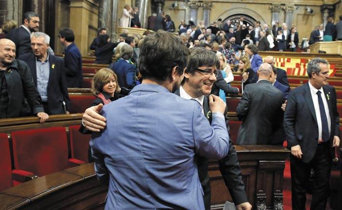 독립 선포 축하하는 카탈루냐 의원들