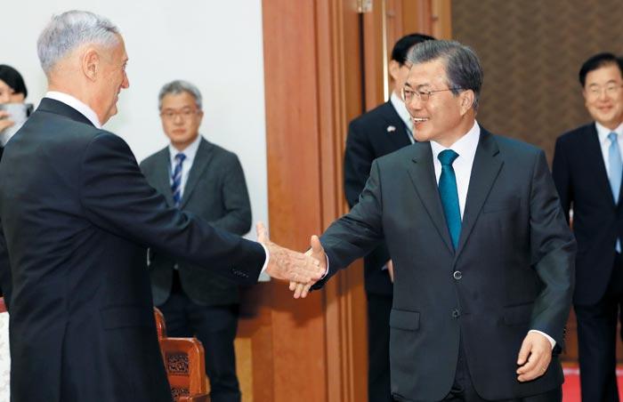 문재인(오른쪽) 대통령이 27일 오후 청와대에서 제임스 매티스 미국 국방장관을 만나 악수하고 있다.