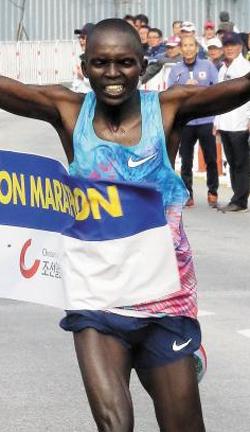 '감자 캐던 농부' 출신의 마라토너 로코베 칸다(34·케냐)가 71회를 맞은 춘천 마라톤에서 처음으로 '마의 7분 벽'을 넘어섰다. 칸다는 레이스를 마치고 물과 음식을 모두 게워낼 정도로 혼신의 질주를 했다.