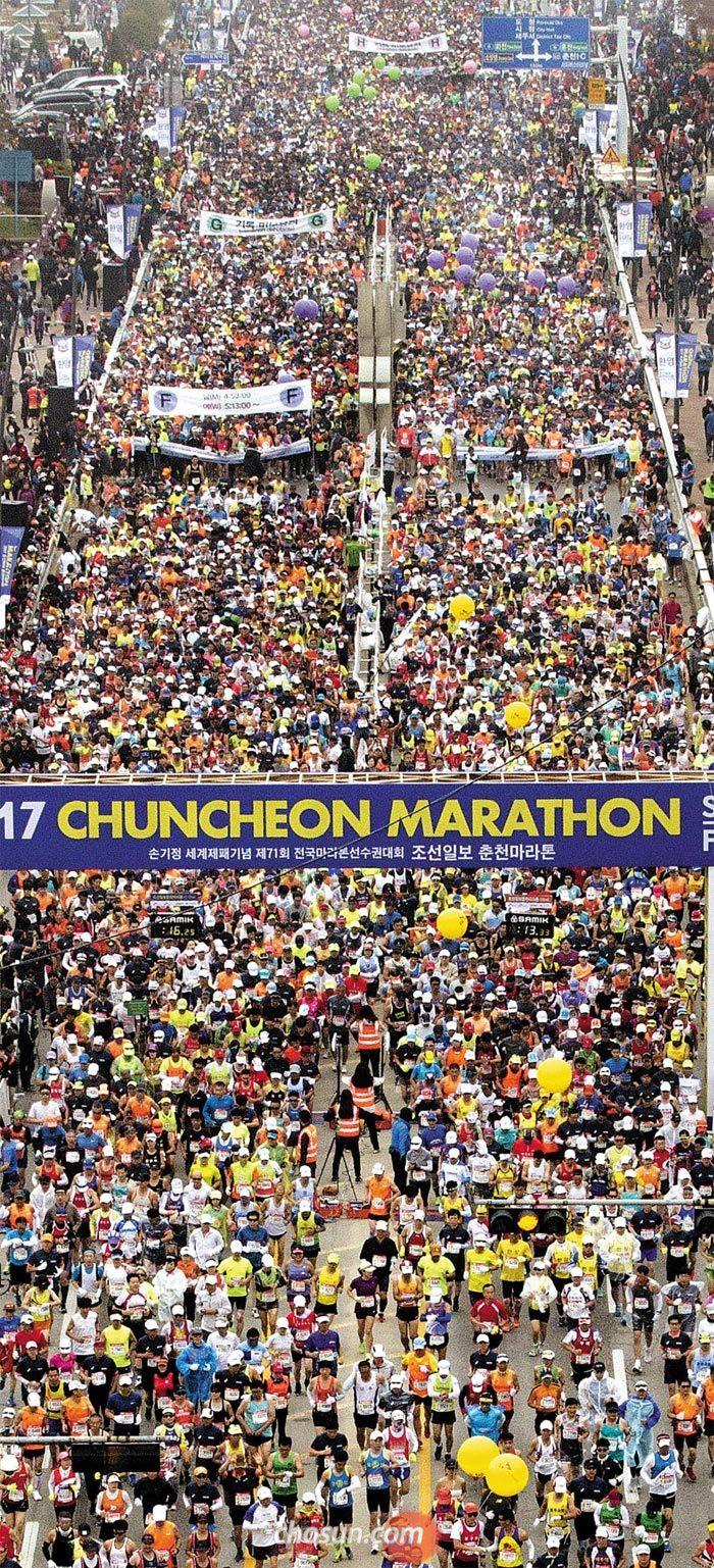 춘천마라톤은 대한민국의 가을을 가슴에 담는 행사가 됐다. 형형색색 아름다운 단풍을 벗 삼아 의암호 순환 코스를 뛸 수 있는 건 그 어디서도 느낄 수 없는 마라톤 참가자들의 행복이다. 아름다운 마라톤 코스를 달리기 위해 2만4200명이 몰려들었다. 71회 대회를 맞은 올해 참가자들이 출발선을 통과하는 모습.