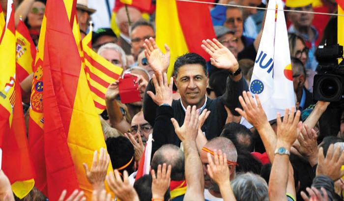 카탈루냐 독립에 반대하는 지역 정당 국민당의 사비에르 가르시아 알비올 대표가 29일 바르셀로나에서 열린 독립 반대 집회에 참석한 모습.