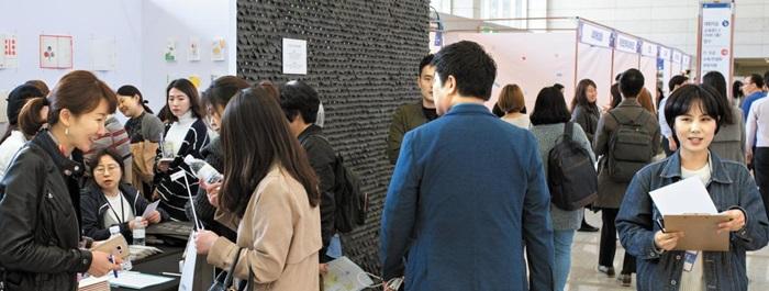 지난 24일, '변화하는 커뮤니케이션'을 주제로 열린 전문가 세션 현장(위 사진). 박람회 현장에 설치된 55개 부스를 구경 중인 관람객들(아래 사진).