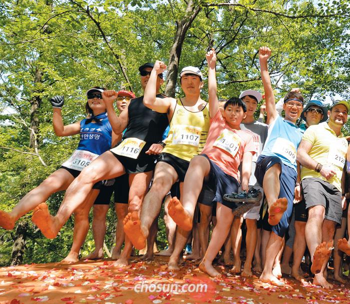 대전 대덕구 계족산 맨발걷기대회에 참가한 시민들