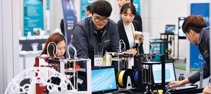 지난 17~18일 대전컨벤션센터에서 열린 '2017 연구개발특구 기술박람회'에서 우수기술전시회장을 찾은 관람객들이 참여기업 관계자로부터 상세한 설명을 듣고 있다