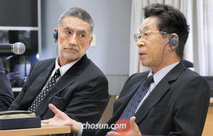 배리 거하트 교수와 이시다 미쓰오(오른쪽) 교수가 최근 한국의 임금 체계 개편에 대해 대담을 하고 있다.