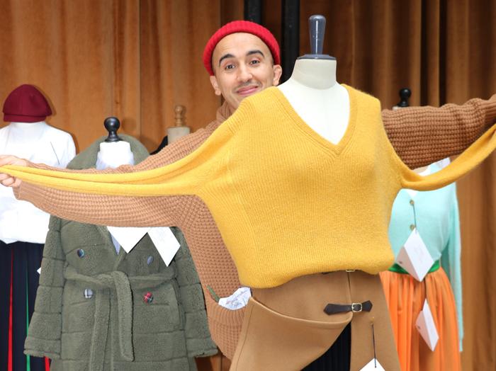 프랑스 파리의 대표적인 쇼핑 지구인 '마레'에 위치한 람단 투아미의 '헤지스X람단 투아미' 팝업 스토어에서 투아미가 익살스럽게 자신이 디자인한 옷 뒤에서 포즈를 취했다.