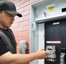 전기 얼마나 썼는 지 매일 체크 - 남호주 애들레이드시에 사는 택시 운전사 리처드 제임스(27)씨가 지난달 26일 자신의 집 외벽에 설치된 계측기로 전기 사용량을 체크하고 있다.