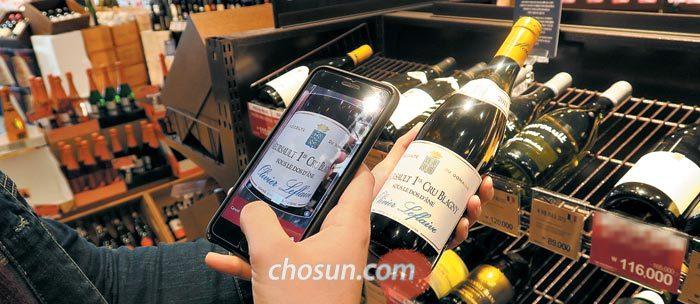 2일 오후 서울 청담동 한 와인숍에서 한 남성이 스마트폰 앱(APP)으로 와인 라벨을 촬영하고 있다.