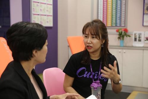 이경희 한국창업전략연구소 소장과 김수진 커브스 분당서현센터 사장(오른쪽)이 대화를 나누고 있다. /한국창업전략연구소 제공