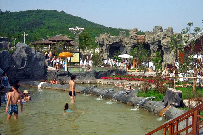 탕산온천은 다양한 물놀이 시설을 갖춰 온천과 워터파크를 동시에 즐길 수 있다.