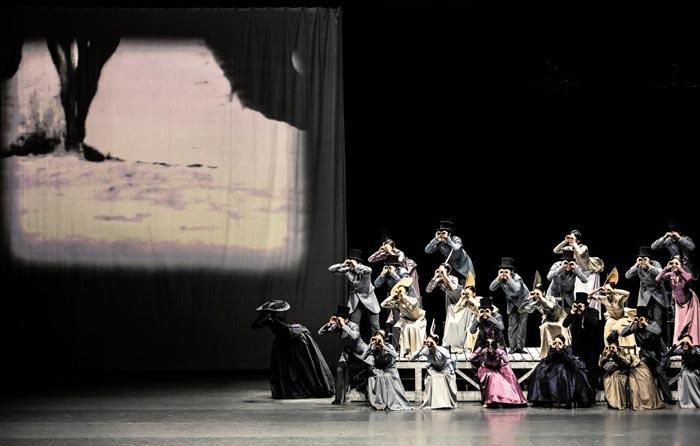 크리스티안 슈푹의 창의적 안무가 돋보이는 국립발레단의'안나 카레니나'중 경마장 장면.