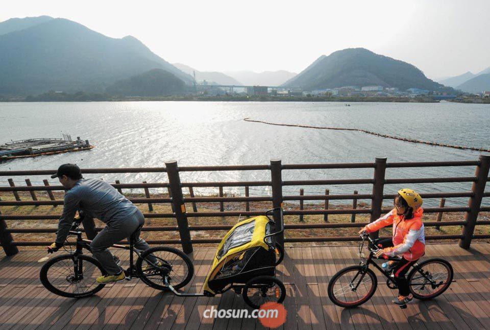 지난달 29일 경남 양산시 낙동강을 따라 이어진 자전거길에서 가족 나들이에 나선 일행이 가을 속으로 달리고 있다.